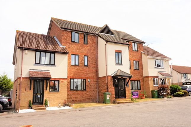 Thumbnail Flat for sale in Robinia Close, Steeple View
