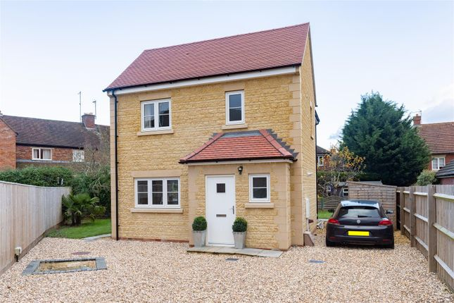 2 bed detached house for sale in London Road, Moreton In Marsh, Gloucestershire GL56