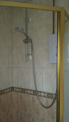 Shower - Clayton Drive - 3 Bed Semi For Rent In Thurnscoe
