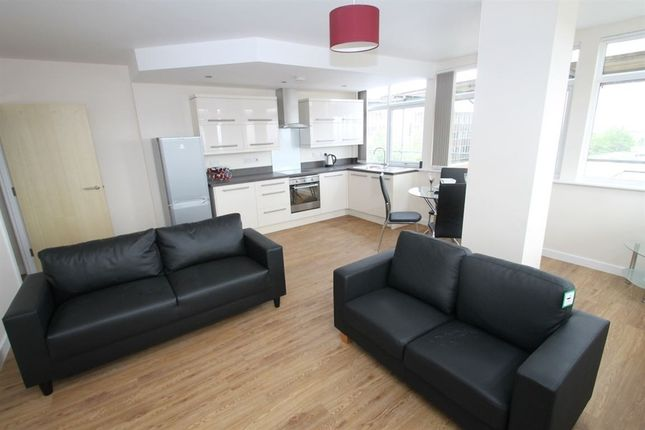 Thumbnail Flat to rent in The Parade, Third Floor, Oadby, Leicestershire