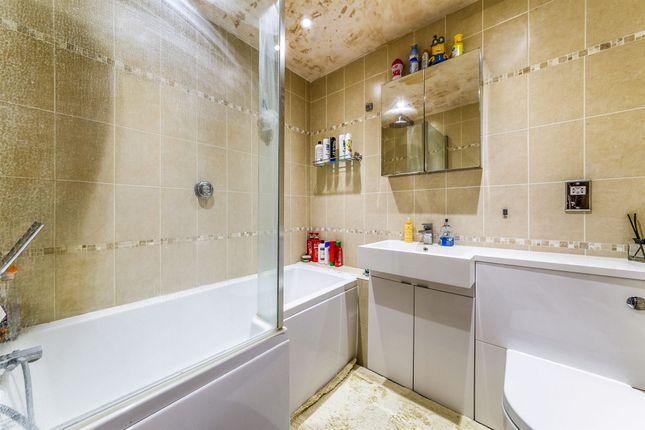 Bathroom of Westfield Court, Jersey Farm, St. Albans AL4