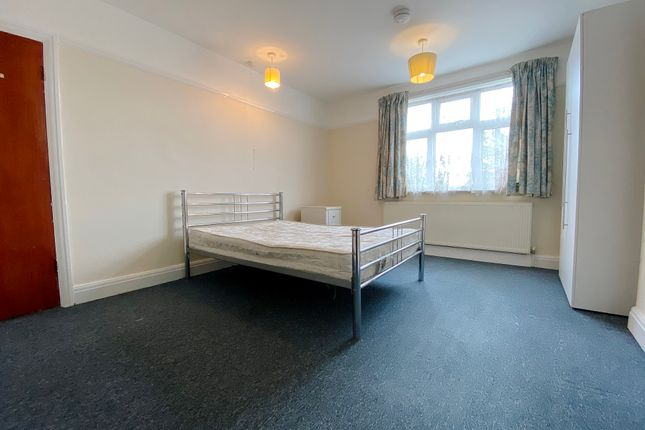 Room to rent in Great West Road, Hounslow TW5