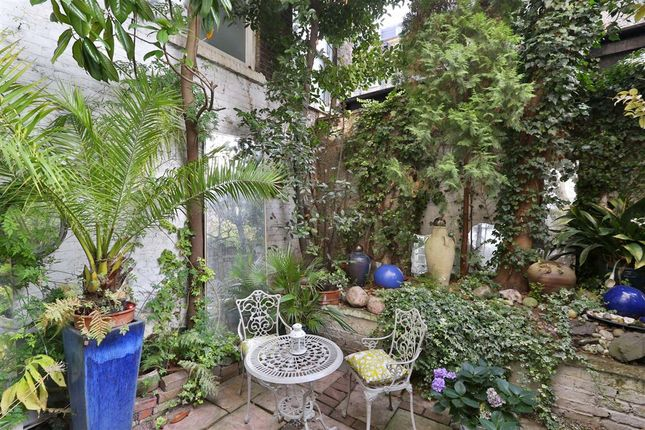 Thumbnail Flat for sale in Acton Street, London