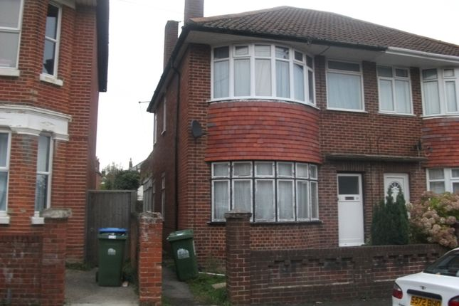 Flat to rent in Holyrood Avenue, Highfield, Southampton