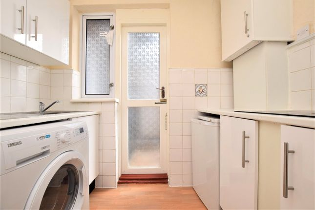 2 bed flat to rent in Western Court, Chandlers Way, Romford RM1