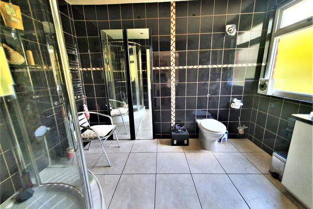 En-Suite of Highview Gardens, Edgware HA8