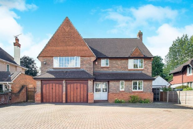 5 bed property to rent in Woodcote Grove Road, Coulsdon