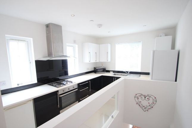 Thumbnail Maisonette to rent in Walton Road, East Molesey