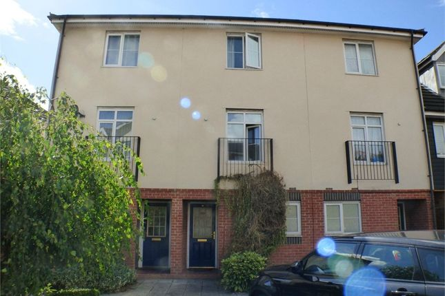 3 bed town house to rent in Blackthorn Road, Ilford