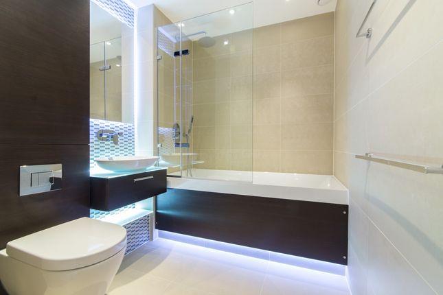 2_Bathroom of Kensington Apartments, Cityscape, Aldgate E1