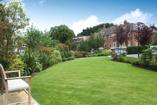 Flat to rent in Mountview Close, Hampstead Way, London