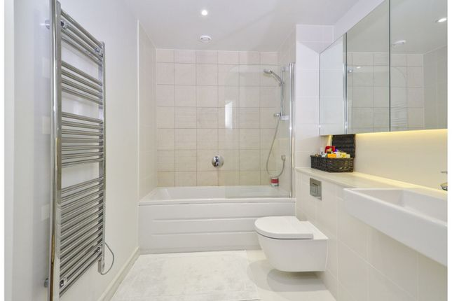 Bathroom of Hawthorne Crescent, Greenwich SE10