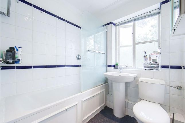 Bathroom of Carlyle Mews, London E1