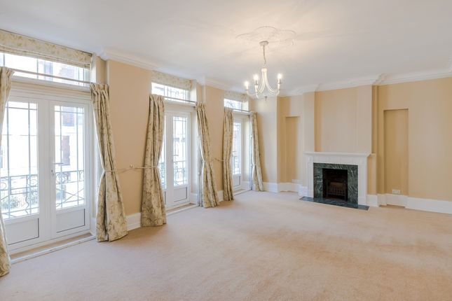 Town house to rent in Drayton Gardens, London
