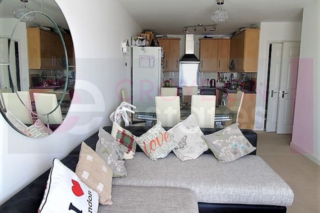 2 bed flat to rent in Whitestone Way, Croydon