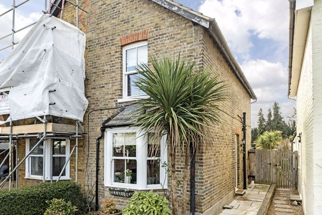 2 bed property for sale in School Walk, Sunbury-On-Thames TW16