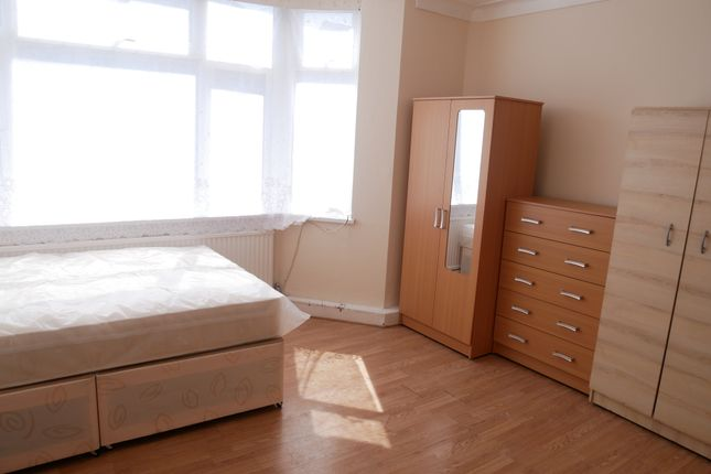 Thumbnail Room to rent in All Bills Included And Wi-Fi, The Approach / East Acton