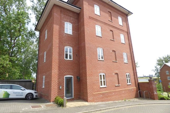Thumbnail Flat to rent in Groves Close, Colchester