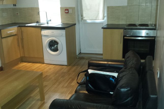 Thumbnail Flat to rent in Harlech Road, Leeds