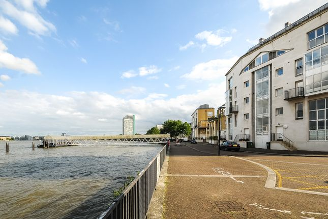 Thumbnail Flat for sale in Princes Court, London
