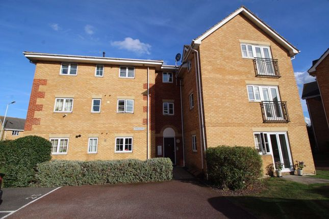 2 bed flat to rent in Browning Drive, Wickford SS12