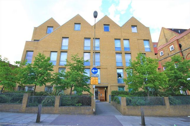 2 bed flat to rent in School House Yard, Bloomfield Road, Woolwich SE18