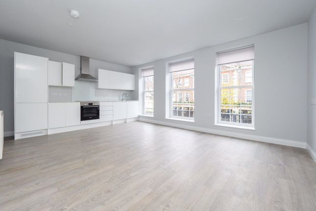 2 bed flat to rent in Hill Road, Sutton SM1