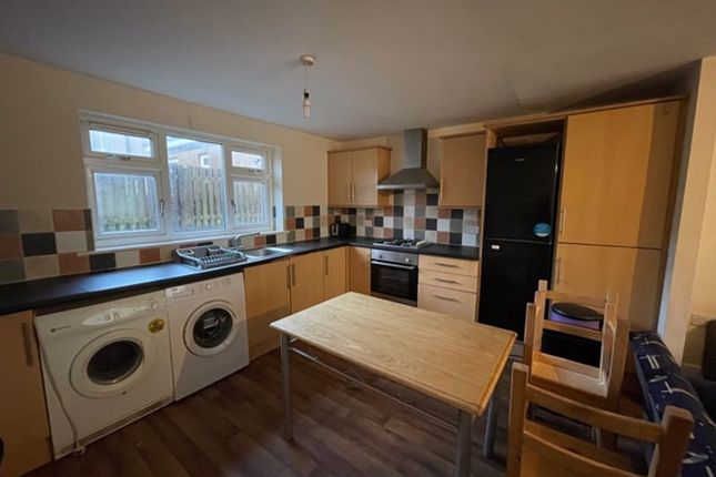 4 bed semi-detached house to rent in Wasp Nest Road, Huddersfield HD1