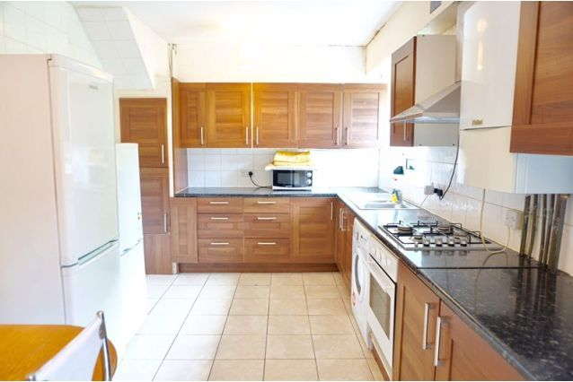 4 bed terraced house to rent in Amiel Street, London E1