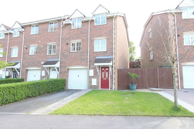 4 bed terraced house to rent in Red Oaks Drive, Park Gate, Southampton