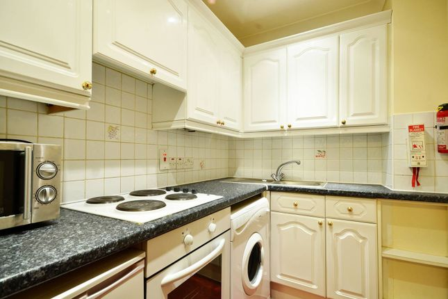 2 bed flat to rent in Penywern Road, Earls Court, London SW5