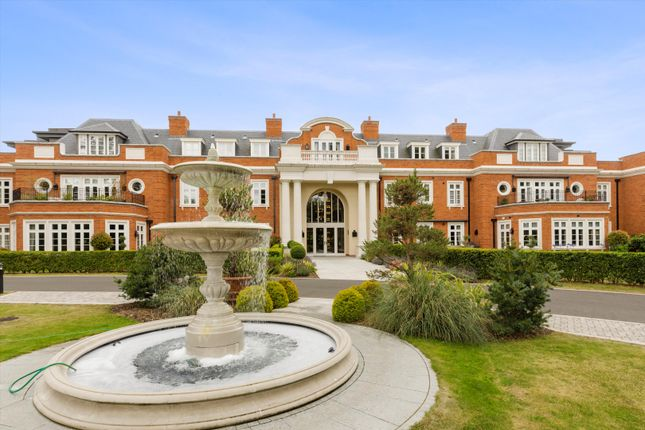 Thumbnail Flat for sale in Cobham, Surrey