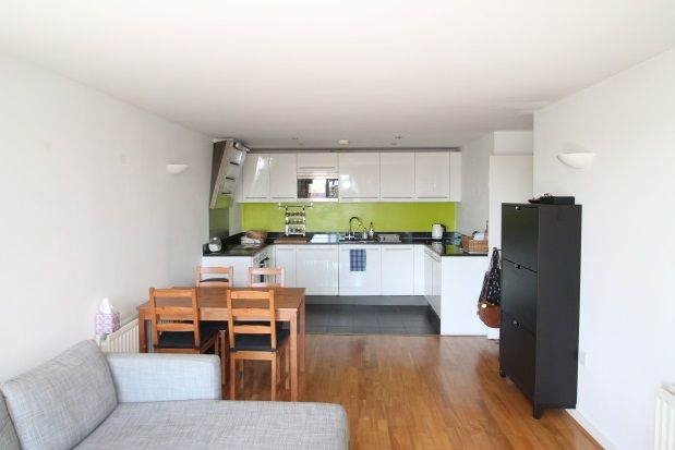 2 bed flat to rent in Argyll Road, London