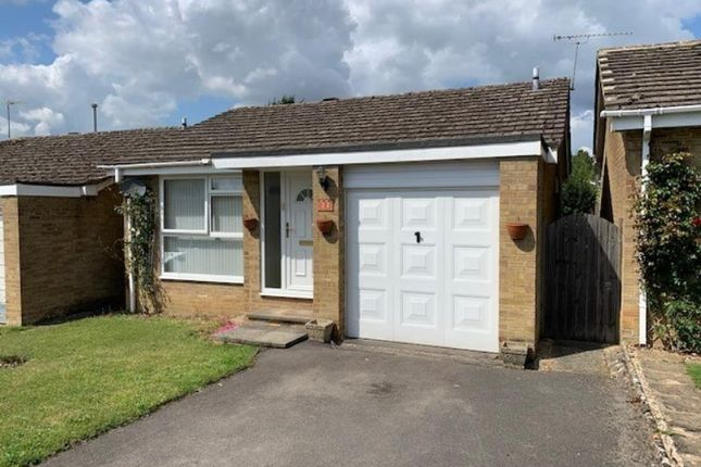 2 bed bungalow to rent in Edgeworth Drive, Carterton, Oxon OX18