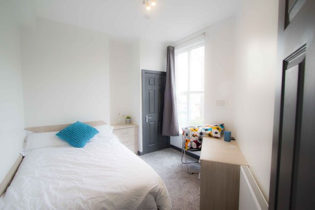 Thumbnail Flat to rent in Flat 2, 15 Hyde Park Terrace, Hyde Park