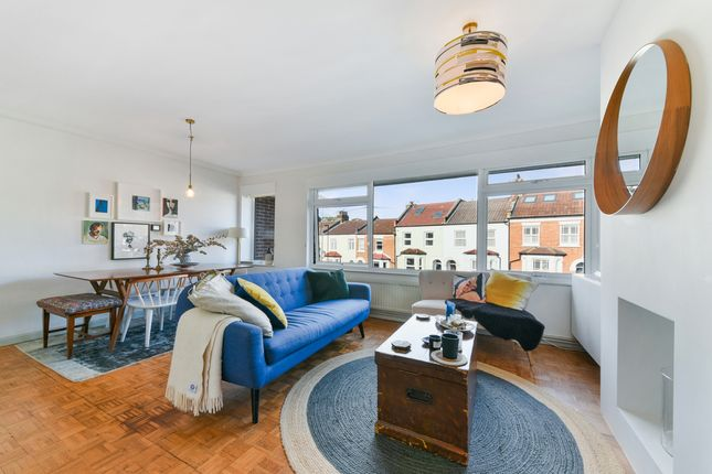 2 bed flat to rent in Natal Road, London SW16