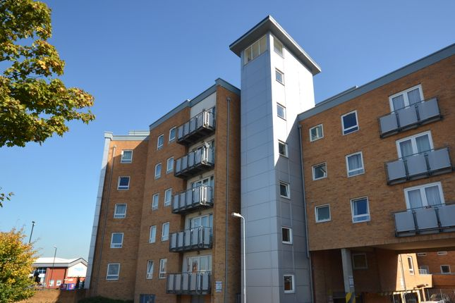 Thumbnail Flat to rent in Tuns Lane, Slough