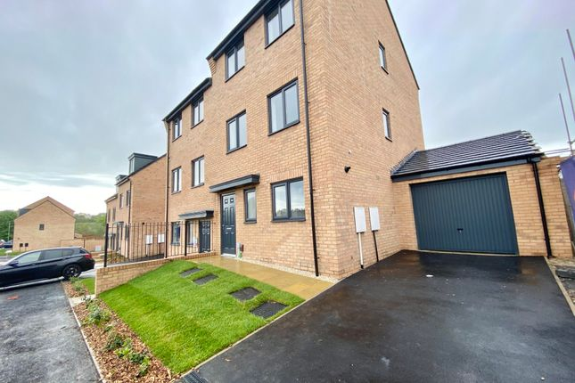 4 bed property to rent in Magnolia Road, Seacroft, Leeds LS14