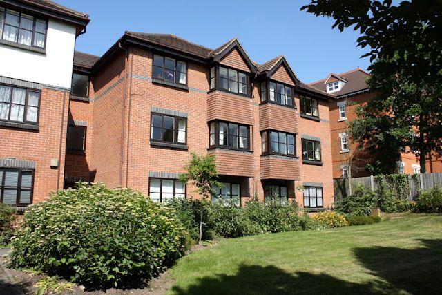Flat to rent in White Rose Lane, Woking