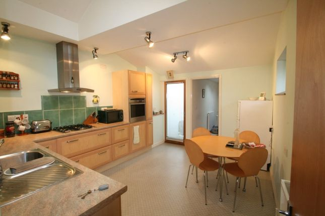 Thumbnail Flat to rent in Woodville Road, Torquay