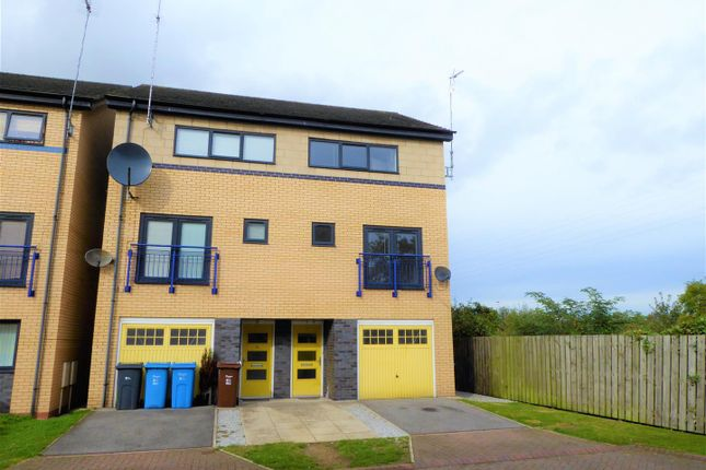 3 bed town house for sale in Needlers Way, Hull