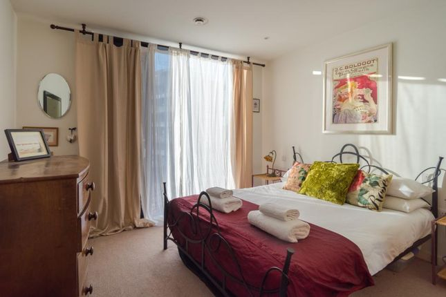 Thumbnail Maisonette to rent in Strata Tower, Walworth Road, Elephant And Castle, London