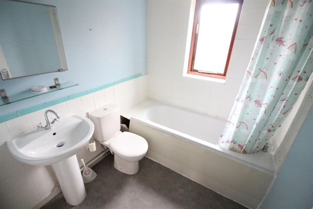 Bathroom of Gouldesborough Court, Alexandra Road, Hull HU5
