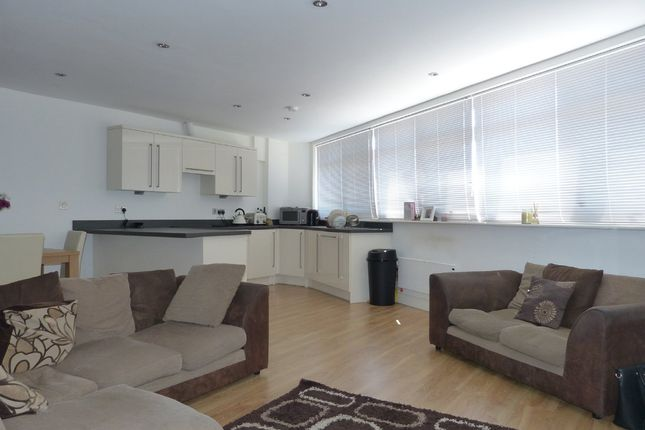 Thumbnail Flat to rent in Oak Road, Leatherhead