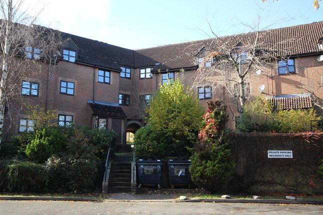2 bed flat to rent in Chalet Hill, Bordon GU35