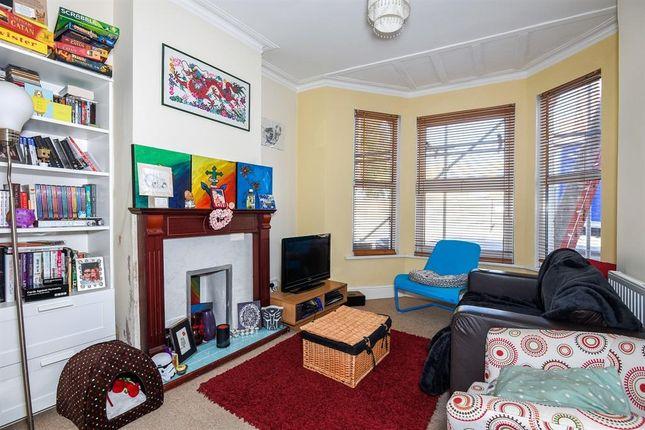 2 bed flat to rent in Replingham Road, London