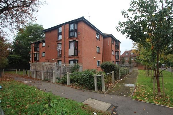 2 bed flat to rent in Beauclerk Close, Feltham