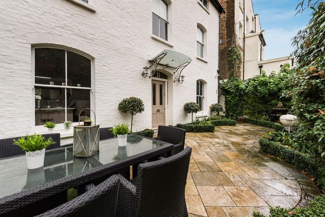 Town house for sale in Belgrave Gardens, London