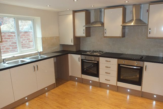 Thumbnail Terraced house to rent in Queens Road, Leeds, West Yorkshire
