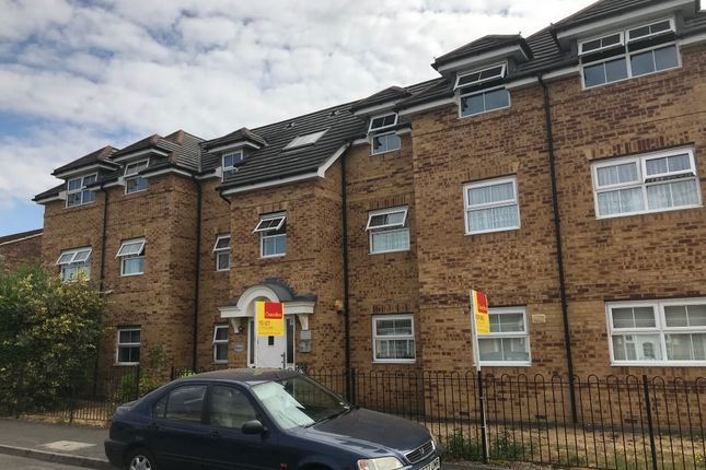 Thumbnail Flat to rent in Rutland Avenue, Slough